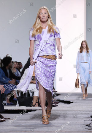 Maggie Rizer on the catwalk