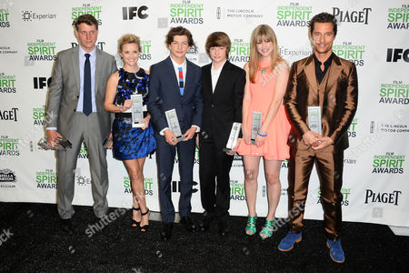 """From left, Director Jeff Nichols, Reese Witherspoon, Tye Sheridan, Jacob Lofland, Bonnie Sturdivant and Matthew McConaughey pose with the Robert Altman Award for """"Mud"""" in the press room at the 2014 Film Independent Spirit Awards,, in Santa Monica, Calif"""