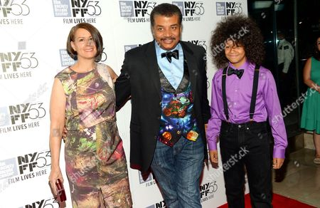 """Astrophysicist Neil deGrasse Tyson with his wife Alice Young and son Travis arrive at a special screening of """"The Martian"""" during the New York Film Festival, in New York"""