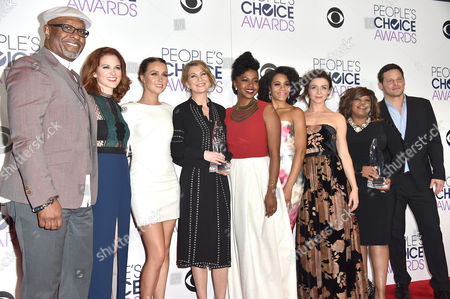 James Pickens, Jr., and from left, Sarah Drew, Camilla Luddington, Ellen Pompeo, Jerrika Hinton, Kelly McCreary, Caterina Scorsone, Chandra Wilson and Justin Chambers pose with the award for favorite network tv drama in the press room at the People's Choice Awards at the Microsoft Theater, in Los Angeles