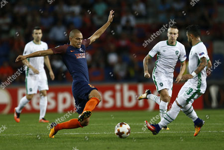 Ludogorets's Wanderson (R) in action against Basaksehir's Gokhan Inler (L) during the UEFA Europa League soccer match between Basaksehir Istanbul and  Ludogorets Razgrad in Istanbul, Turkey, 14 September 2017.