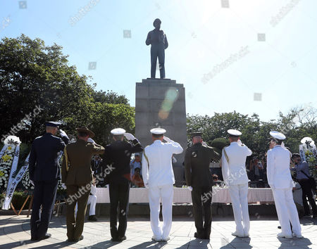 A group of soldiers pays tribute to the late US Gen. Douglas MacArthur at Jayu Park in Incheon, west of Seoul, South Korea, 15 September 2017, after laying wreaths at his statue on the 67th anniversary of the 1950 landing by a MacArthur-led UN coalition in the port city that turned the tide of the 1950-53 Korean War.