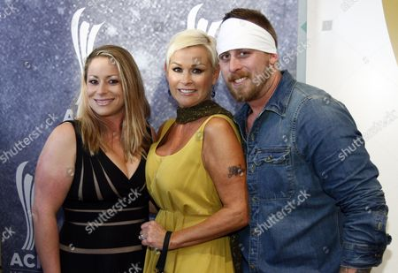 Lorrie Morgan, center, arrives with her son Jesse Keith Whitley, right, and daughter Morgan Gaddis at the ACM Honors at the Ryman Auditorium on in Nashville, Tenn