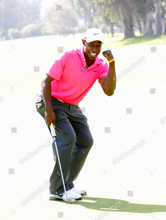 Kenny Lofton celebrates sinking a put at the Hilton HHonors Charitable Golf Series Finale Event, on at the Riviera Country Club in Pacific Palisades, Calif