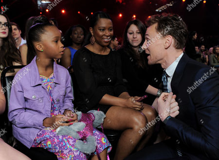 From left, actress Quvenzhane Wallis, Qulyndreia Wallis and actor Tom Hiddleston speak in the audience at the MTV Movie Awards in Sony Pictures Studio Lot in Culver City, Calif., on