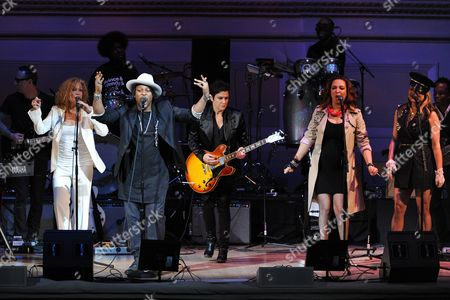 """Singer D'Angelo, left, performs with Wendy Melvoin, Maya Rudolph and Gretchen Lieberum at """"The Music of Prince"""" tribute concert at Carnegie Hall on in New York"""