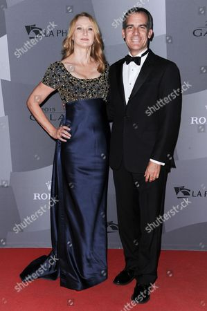 LA Mayor Eric Garcetti, right, and wife Amy Wakeland arrive at the Los Angeles Philharmonic 2015/2016 season opening gala, at Walt Disney Concert Hall in Los Angeles