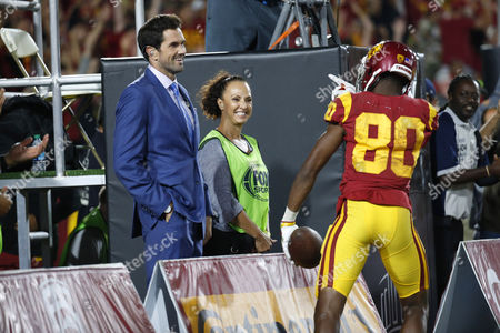 USC Trojans wide receiver Deontay Burnett #80 celebrates with former USC Trojans quarterback Matt Leinart during the NCAA football game between the Texas Longhorns and the USC Trojans at the Los Angeles Coliseum in Los Angeles, California