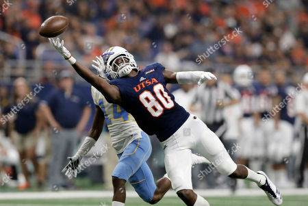 Osh Stewart, Demerio Houston. UTSA wide receiver Josh Stewart (80) cannot get a grip on a pass as he is defended by Southern defensive back Demerio Houston (14) during the first half on an NCAA college football game, in San Antonio
