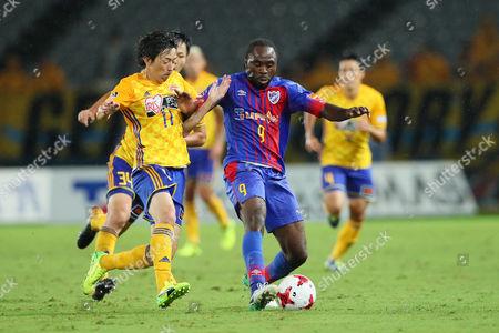 (L to R)  Naoki Ishihara (Vegalta),   Peter Utaka (FC Tokyo)