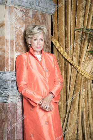 Dame Kiri Te Kanawa announces her retirement and receives a lifetime achievement award