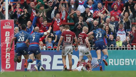 Cats KEEGAN HIRST [23]GOES OVER FOR THE FINAL TRY AND FLINGS BALL INTO CROWD WITH DEJECTED WIGAN PLAYERS FLOORED Pix Magi Haroun 23.09.2017 RUGBY SUPER 8s WAKEFIELD TRINITY WILDCATS V WIGAN WARRIORS