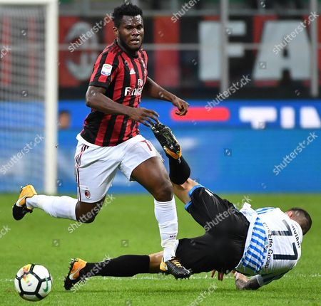 Milan's Franck Kessie (L) and Spal's Federico Viviani in action during the Italian Serie A soccer match AC Milan vs SPAL 2013 at Giuseppe Meazza stadium in Milan, Italy, 20 September 2017.