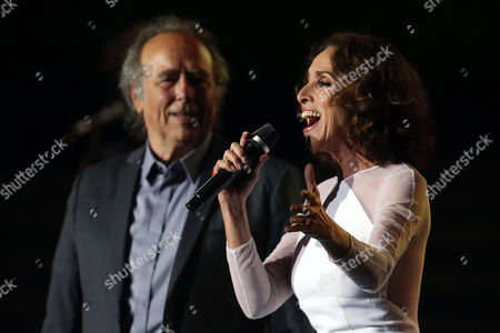 Spanish singers Joan Manuel Serrat (L) and Ana Belen (R) perform during a concert for the tour 'El Gusto es Nuestro, 20 anos' (The pleasure is our, 20 years), in Santiago, Chile, 23 September 2017. The four Spanish artists commemorate the two decades of their successful tour with a new tour that began last year in Spain and that at the beginning of the year.