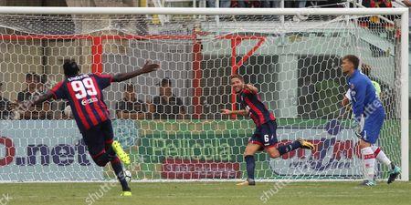 Crotone's Marcus Rohden (C) jubilates after scoring the goal during the Italian Serie A soccer match FC Crotone vs Benevento Calcio at Ezio Scida stadium in Crotone, Italy, 24 September 2017.