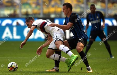 Genoa defender Aleandro Rosi (L) challenges for the ball with Fc Inter midfielder Ivan Perisic during the Italian serie A soccer match between Fc Inter and Genoa at Giuseppe Meazza stadium in Milan, Italy, 24 September  2017.