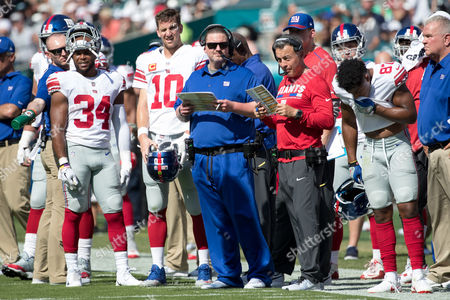 New York Giants head coach Ben McAdoo looks on with quarterback Eli Manning (10), running back Shane Vereen (34) and offensive coordinator Mike Sullivan during the NFL game between the New York Giants and the Philadelphia Eagles at Lincoln Financial Field in Philadelphia, Pennsylvania