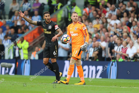 Newcastle United goalkeeper Rob Elliot (1) & defender Jamaal Lascelles (6) during the Premier League match between Brighton and Hove Albion and Newcastle United at the American Express Community Stadium, Brighton and Hove