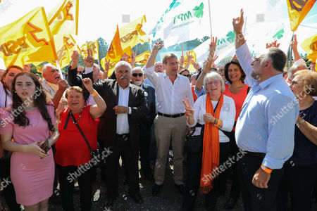 The President of the Social Democrat Party (PSD) Pedro Passos Coelho (C) accompanied by the candidate for the Leiria Municipal Chamber Fernando Costa (C-L) and supporters shout slogans during a campaign action for the Local Elections of 2017 in Gandara dos Olivais, Leiria, Portugal, 24 September 2017.