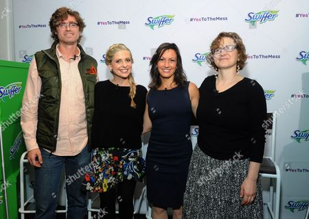 """Swiffer program ambassador Sarah Michelle Gellar, second left, joins career professionals Jesse Bull, of Tough Mudder, Cricket Azima, chef and founder of The Creative Kitchen and Kids Food Festival, and Laura Allen, founder and CEO of Robofun, left to right, at Swiffer's """"Yes to the Mess"""" event, in New York, where they testified to the importance of fostering kids creative expressions through messy activities"""