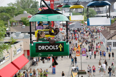 Green Bay Packer all-time leading receiver, Super Bowl Champion and Dancing with the Stars Champion Donald Driver surprises U.S. Cellular customer on the Sky Glider at Summerfest, in Milwaukee, Wis