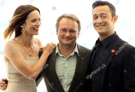 """Writer and director Rian Johnson, center, actress Emily Blunt, left, and actor Joseph Gordon-Levitt, from the upcoming film """"Looper"""", pose for a portrait during Comic-Con, in San Diego"""