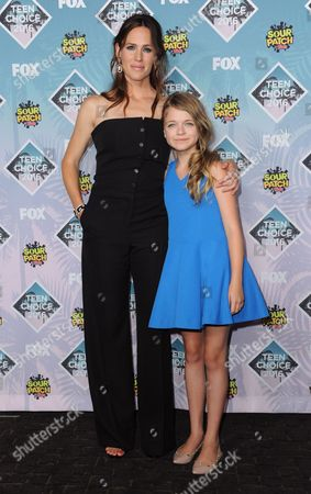 Jennifer Garner, left, and Kylie Rogers pose in the press room at the Teen Choice Awards at the Forum, in Inglewood, Calif