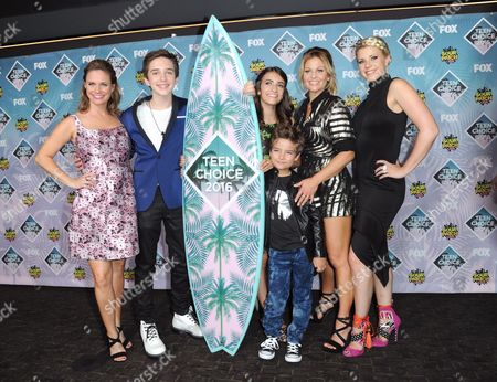 Andrea Barber, from left, Michael Campion, Soni Bringas, Elias Harger, Candace Cameron Bure, and Jodie Sweetin pose in the press room at the Teen Choice Awards at the Forum, in Inglewood, Calif