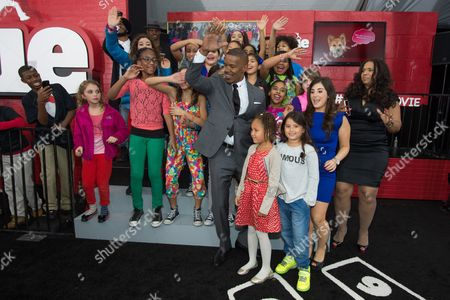 """Actor Jamie Foxx and his daughter, Annalise Bishop, dance with the P.S. 153 Chorus at the world premiere of """"Annie"""" at the Ziegfeld Theatre, in New York"""