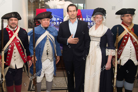 """Ian Kahn, center, poses with Revolutionary War re-enactors at a premiere event for AMC's """"Turn: Washington's Spies"""" season three at the New York Historical Society, in New York"""