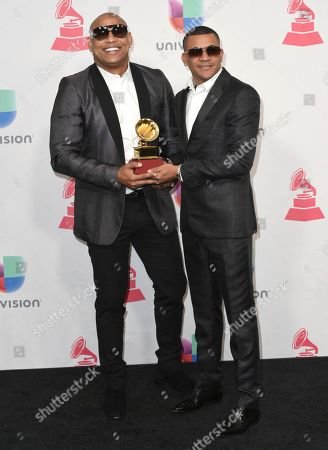 """Alexander Delgado, left, and Randy Malcom Martinez, of Gente de Zona, pose backstage with the award for best tropical fusion album for """"Visualizate"""" at the 17th annual Latin Grammy Awards at the T-Mobile Arena, in Las Vegas"""