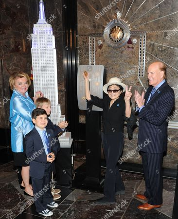 """Autism Speaks"""" co-founder Suzanne Wright, left, grandson Mattais Hildebrand, Yoko Ono and """"Autism Speaks"""" co-founder Bob Wright attend Empire State Building autism awareness month lighting on in New York"""