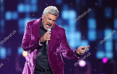 """Taylor Hicks performs at the """"American Idol"""" farewell season finale at the Dolby Theatre, in Los Angeles"""