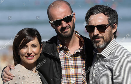 Spanish film director Fernando Franco (C) poses with actors and cast members Marian Alvarez (L) and Andres Gertrudix during the photocall of the film 'Morir' (Lit: To Die') at the San Sebastian International Film Festival, in San Sebastian, northern Spain, on 27 September 2017. The 65th Donostia Zinemaldia Festival runs from 22 to 30 September.