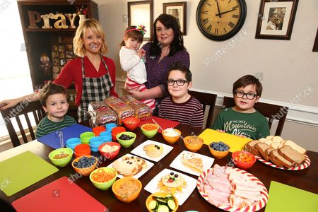Celebrity Chef Kelsey Nixon poses with the winner of the Sandwich Art Photo Contest Kelly Tillotson and her children Henry, 4, Matilda, 3, Brigham, 7, and Oliver, 6, at Nature's Harvest bread's Kitchen Crash with Celebrity Chef Kelsey Nixon, in Forney, TX