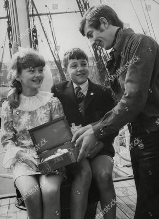 Radio D.j. Dave Cash Presenting First Prize To Dawn Page Of Sydenham And Geoffrey Lawrence In A Recent Ovaltiners' Club 'treasure Hunt' Competition. Box 741 621031736 A.jpg.