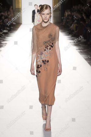Hannah Motler on the catwalk
