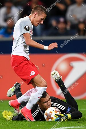 Salzburg's Hannes Wolf (L) in action against Marseille's goalkeeper Yohann Pele (R) during the UEFA Europa League soccer match between Red Bull Salzburg and Olympique Marseille, in Salzburg, Austria, 28 September 2017.
