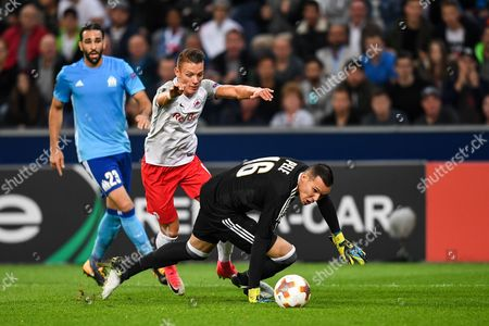 Salzburg's Hannes Wolf (C) in action against Marseille's goalkeeper Yohann Pele (R) during the UEFA Europa League soccer match between Red Bull Salzburg and Olympique Marseille, in Salzburg, Austria, 28 September 2017.