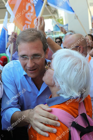 Portuguese Social Democratic Party (PSD) leader, Pedro Passos Coelho, greets a supporter during a local election political rally in Cascais, Portugal 28 September 2017. Local elections are being held across Portugal on 01 October 2017.