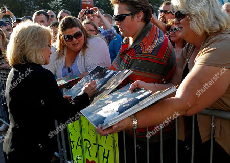 Barbara Mandrell signs an autograph for a fan during her arrival for the Country Music Hall of Fame Inductions on in Nashville, Tenn