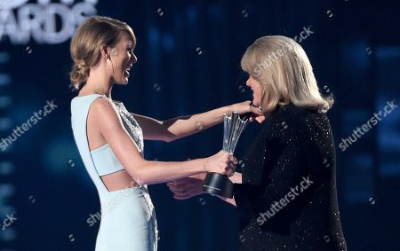Andrea Finlay, right, presents the milestone award to her daughter Taylor Swift at the 50th annual Academy of Country Music Awards at AT&T Stadium, in Arlington, Texas