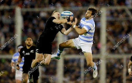 Argentina's Los Pumas flyhalf Juan Martin Hernandez, right, fights for the ball with New Zealand's All Blacks fullback Damian McKenzie during a rugby Championship match in Buenos Aires, Argentina