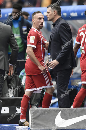 Bayern's Franck Ribery (L) next to Bayern's head coach Willy Sagnol during the German Bundesliga soccer match between Hertha BSC and FC Bayern Munich in Berlin, Germany, 01 October 2017.