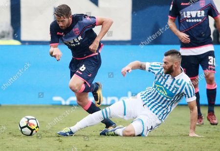 Spal's Mirco Antenucci (R) and Crotone's Marcus Rohden in action during the Italian Serie A soccer match betweem Spal 2013 and FC Crotone in Ferrara, Italy, 01 October 2017.