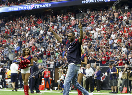 Former Houston Rockets player Tracy Mcgrady enters the stadium before the start of the NFL game between the Tennessee Titans and the Houston Texans at NRG Stadium in Houston, TX