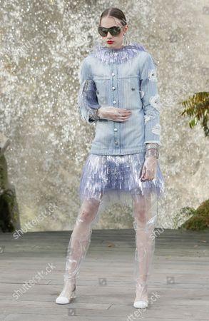 Odette Pavlova on the catwalk