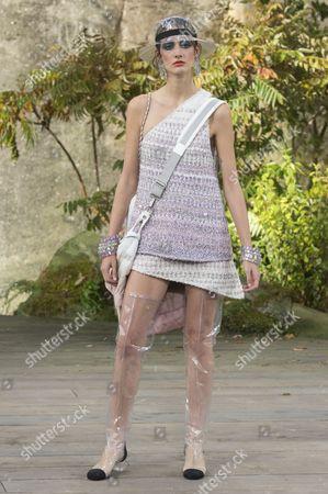 Amanda Googe on the catwalk