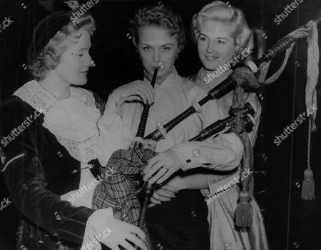 Lance-corporal Catherine Walsh (l) Of The Dagenham Girl Pipers Lets Beauty Queens Margaret Hayward (miss Usa) And Jennifer Chimes (miss England) Have A Go Of The Bagpipes. Box 759 725051712 A.jpg.