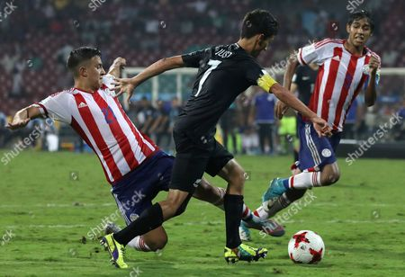 Alan Rodriguez (L) of Paraguay in action against Elijah Just (C) of New Zealand during the FIFA Under-17 World Cup 2017 group B soccer match between Paraguay and New Zealand at the D Y Patil Stadium in Mumbai, India, 09 October 2017.